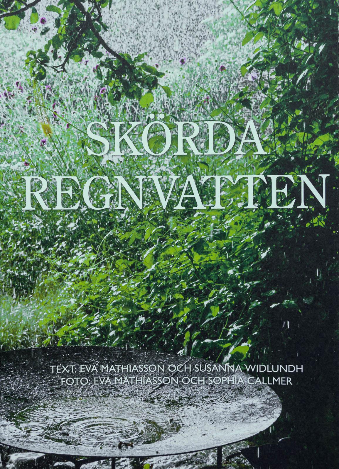 """Detta är min bok """"Skörda regnvatten"""" som är en grundkurs när du funderar över vattenbehovet i din trädgård."""