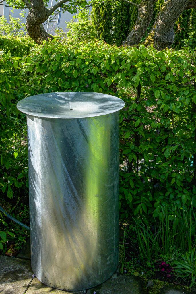 Rund tunna med vattenspegel i locket i galvaniserad plåt.